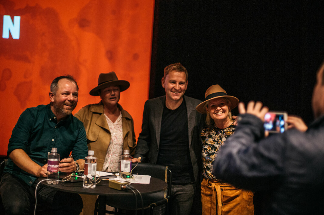 – Vi hører på podkasten med hattene på. Showet er ferdig og to av podkastens fans har kommet seg ned til scenen for å få et bilde med krimjournalistene.
