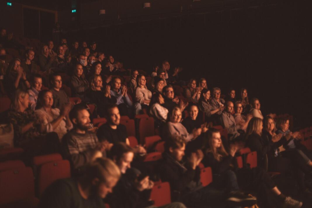Nesten 100 Krimpodden-fans har møtt opp for å høre Thømt Ruud og Milli prate om krim. Krimpodden Live ble aldri tatt opp eller publisert, så det som blir sagt denne kvelden blir mellom de fremmøtte.