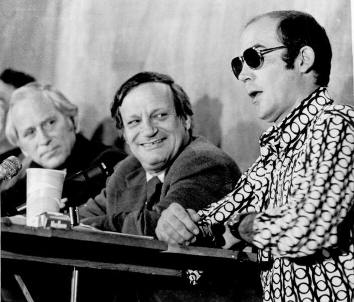 Hunter S. Thompson fra storhetstiden i 1972. Mannen til venstre er Frank Mankiewicz, som hadde ansvaret for presidentkampanjen til George McGovern.