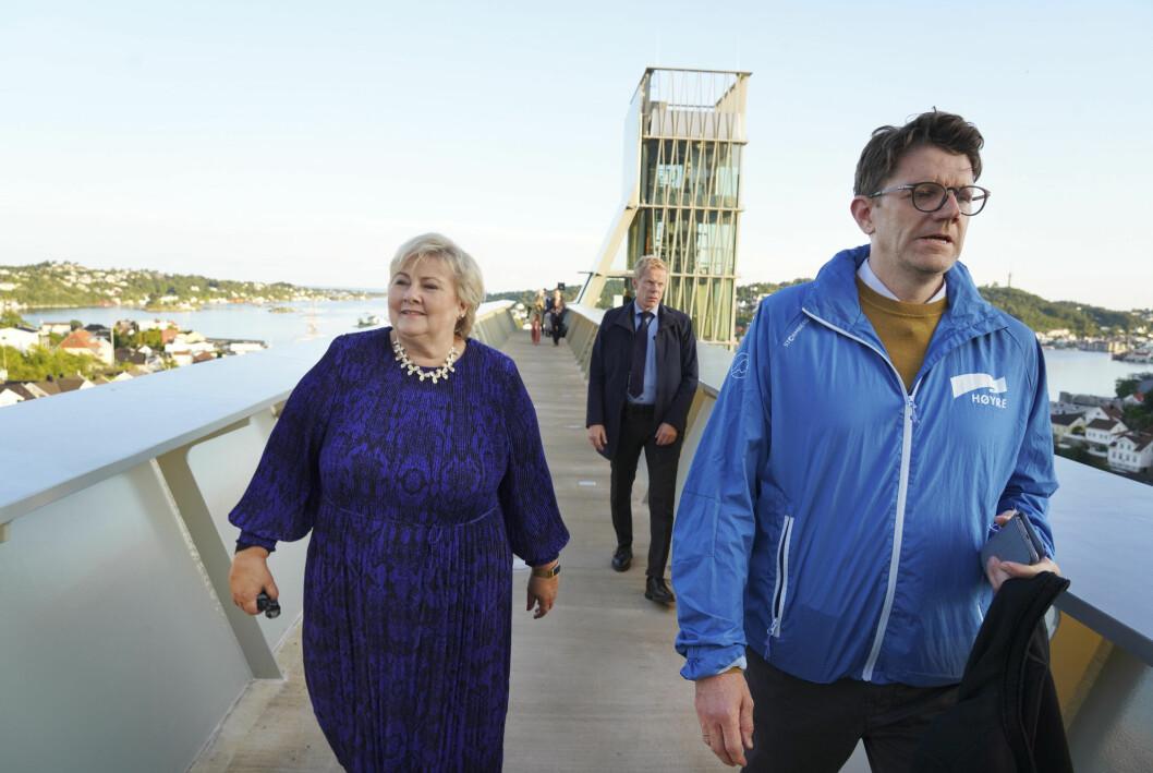 Statssekretær Rune Alstadsæter (H) mener valgkampen fremdeles er bundet opp i et gammelt medium. Her avbildet med statsminister Erna Solberg før NRKs direktesendte partilederdebatt i Arendal.