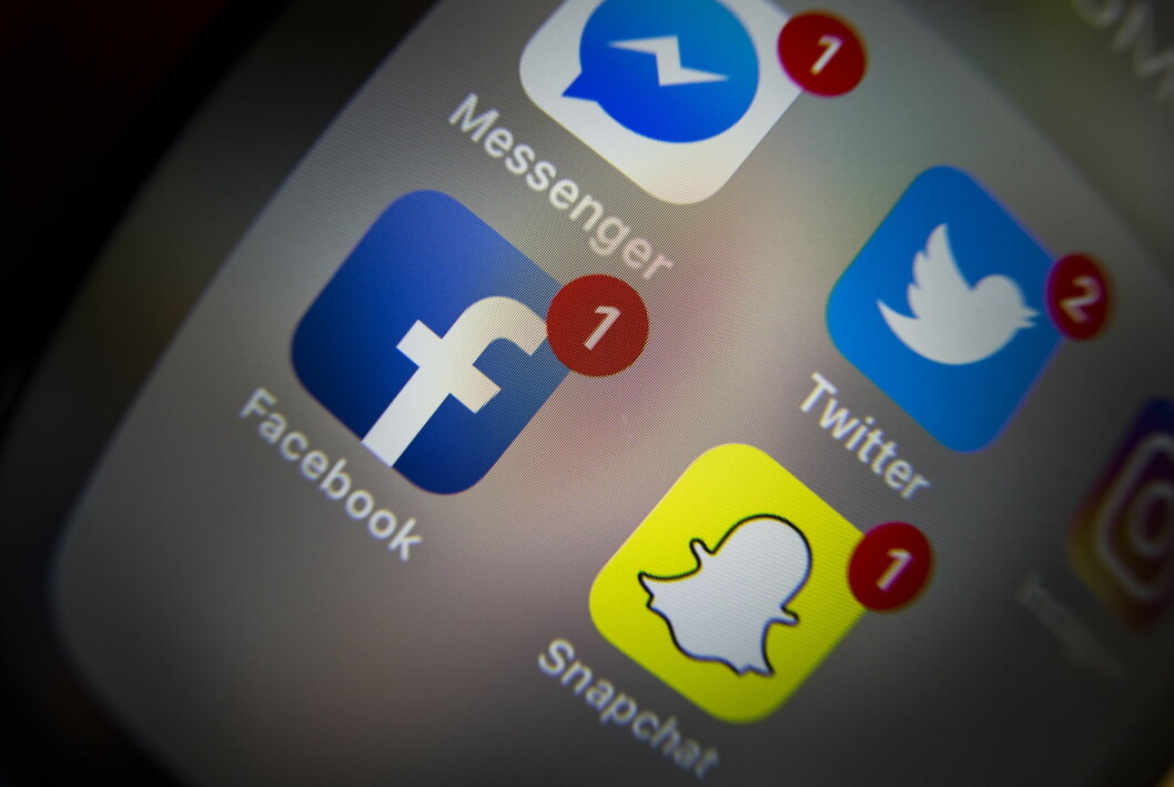 Facebook og Twitter føyer seg inn i rekken av teknologiselskaper som er bøtelagt i Russland.