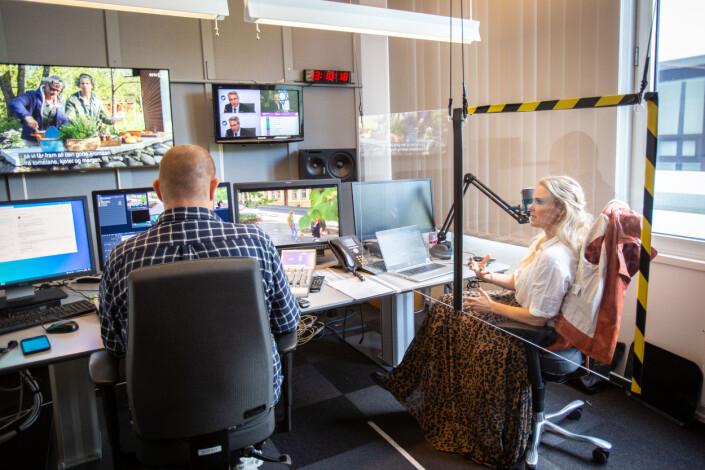 Iselin Fjeld og redigerer Ragnar Berge klipper videoreportasjen om førstegangsvelgere og klimapolitikk.