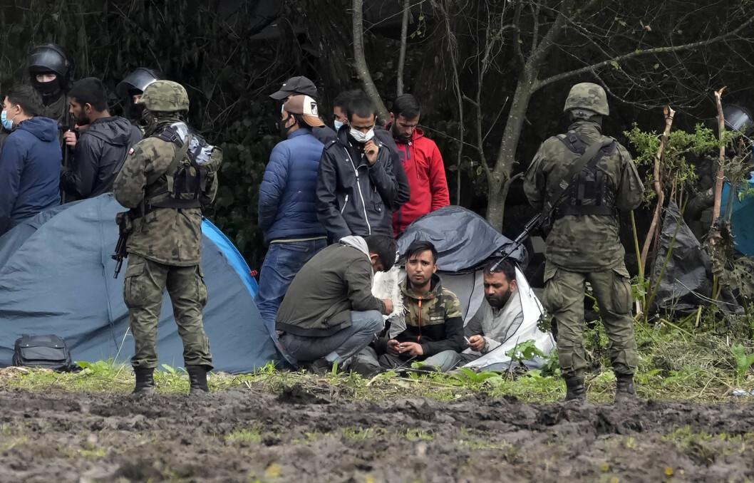 Polske soldater er sendt til grensa til Hviterussland for å stanse en strøm av migranter, her en gruppe migranter som ikke slipper inn. Polske medier protesterer mot at de ikke lenger får dekke situasjonen.