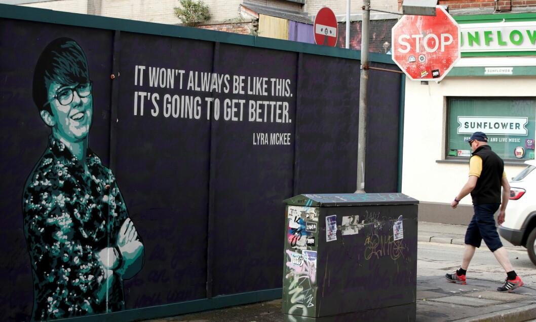 En vegg i Belfast preget med et bilde og et sitat av den drepte journalisten Lyra McKee.