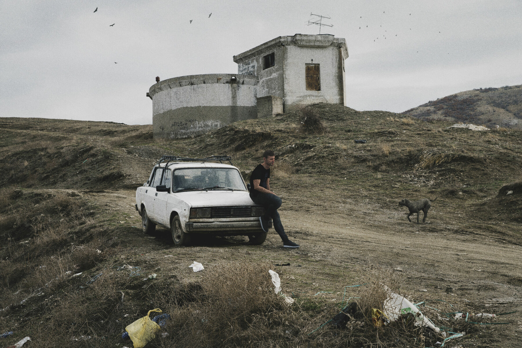 I fjellene bak byen Veles. Mannen og hunden er avatarer plassert inn i bildet.