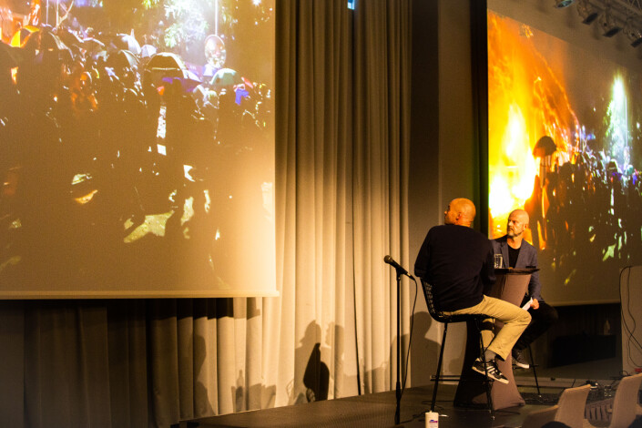 Anders Hammer viste videoklipp fra filmen «Do no Split» på konferansen.