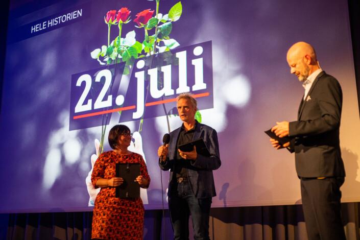 Line Alsaker og Kjetil Saugestad får diplom for podkastserien om 22. juli.