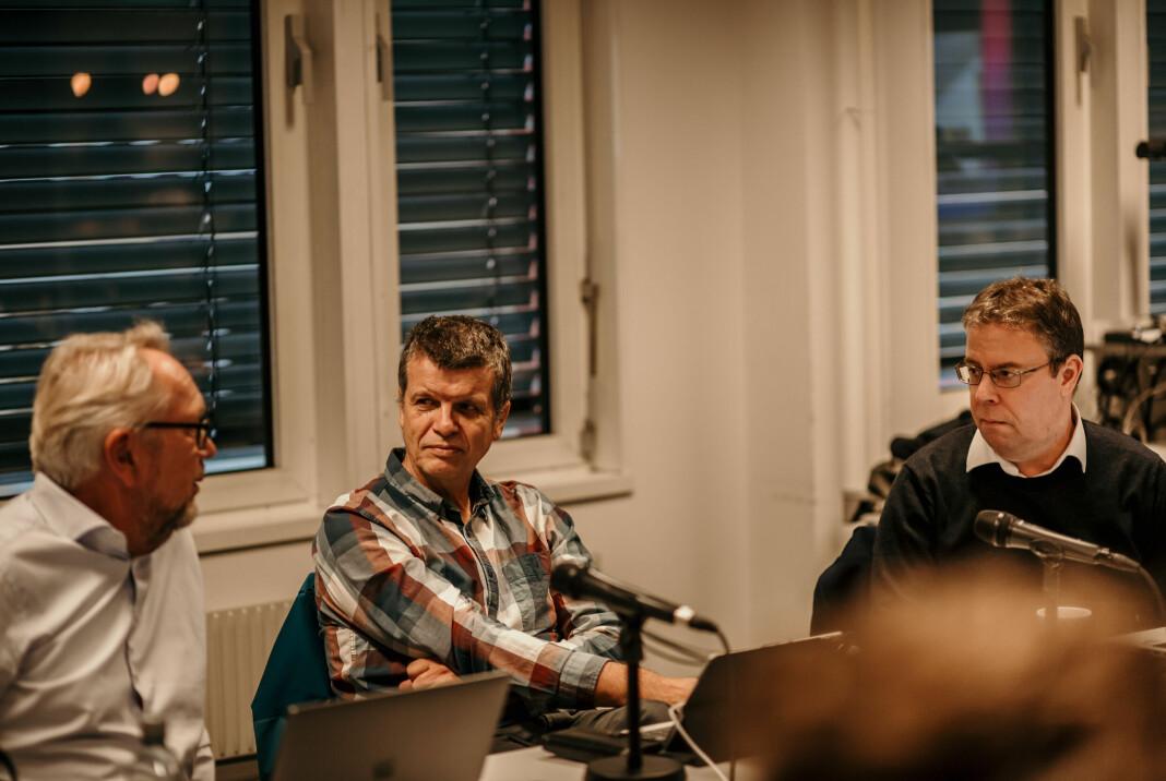 PFU-medlemmer Gunnar Kagge fra Aftenposten og Frode Hansen fra Dagbladet under onsdagens PFU-møte. Arild Kveldstad fra PFU-sekretariatet til venstre i bildet.