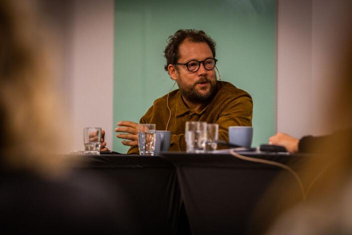 Joachim Førsund holder foredrag om hvordan han jobber med fortellende journalistikk.
