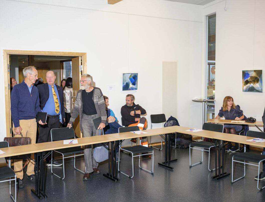 Heidi Hjorteland Wigestrand var eneste fremmøtte journalist og satt alene ved pressebordet i kommunestyret i Suldal. Det gjør hun ofte. Lokalpolitikere og tilhørere til venstre.