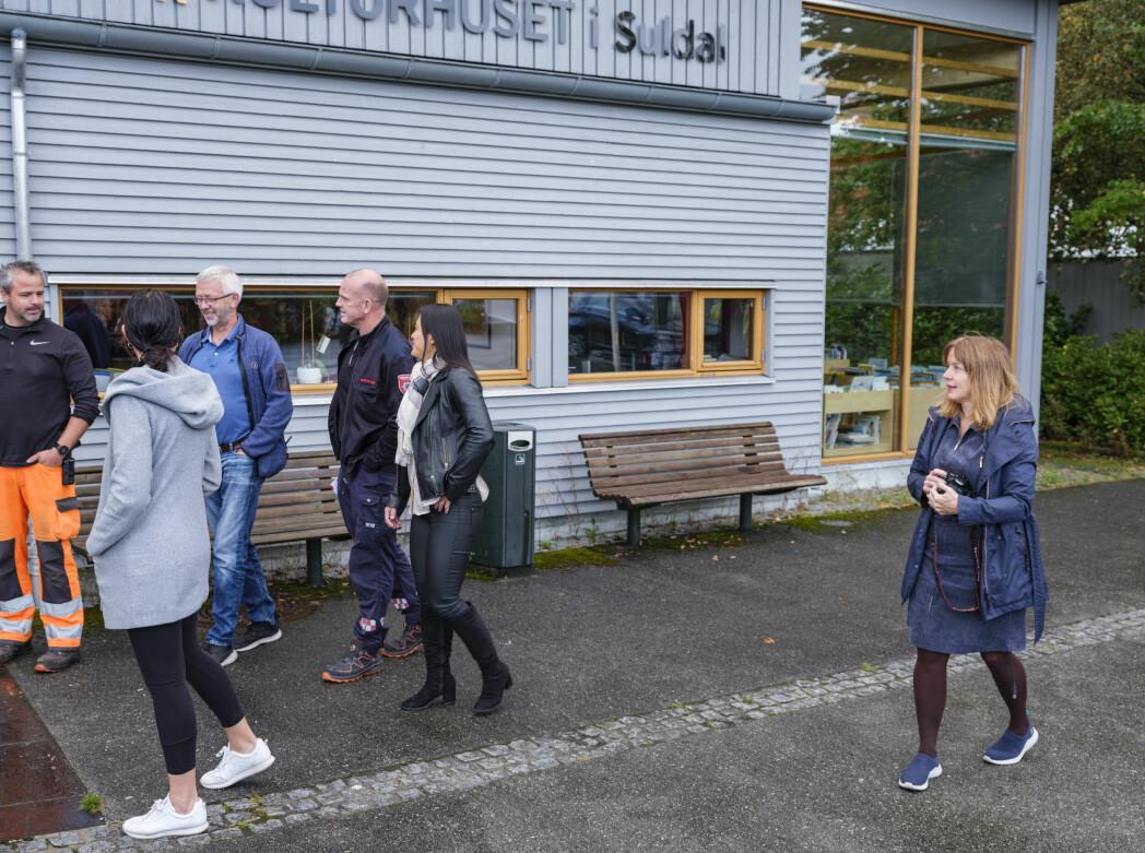 Stasjonsmesterne Morten Aarhus og Ola Jelsa blir fotografert av Suldalsposten.