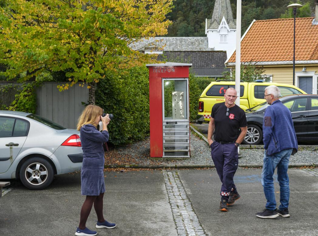 Heidi Hjorteland Wigestrand stiller opp medarbeidere i det lokale brannkorpset til et gruppebilde utenfor Suldal kulturhus, der kommunestyremøtet ble avholdt.