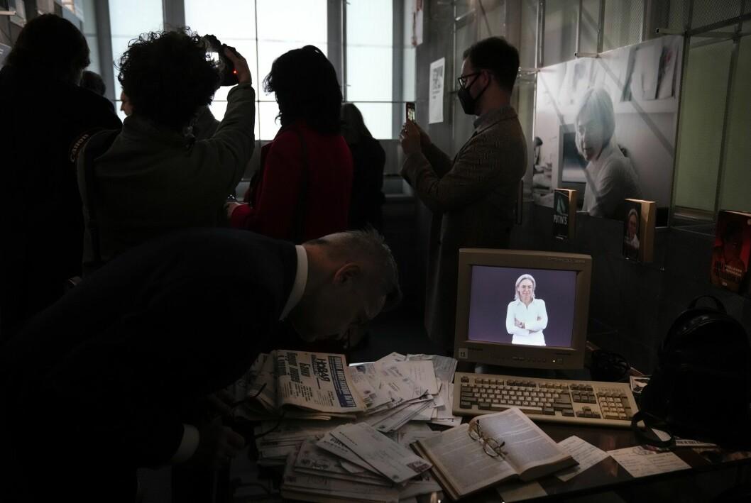 Journalister i Novaja Gazeta samler seg på det som var kontoret til Anna Politkovskaja, og som nå fungerer som et minnerom. På PC-skjermen er det et portrett av henne.