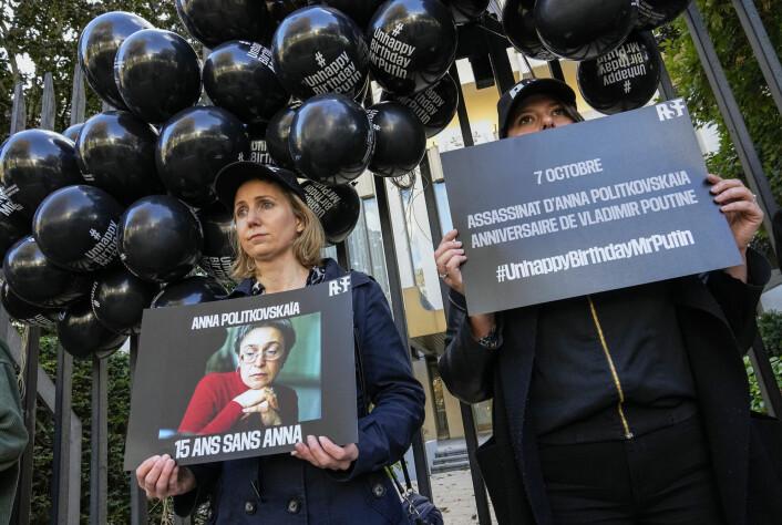 Medlemmer av Reportere uten grenser demonstrerer utenfor den russiske ambassaden i Paris onsdag.