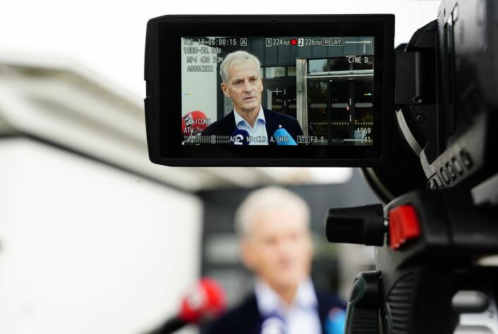 Jonas Gahr Støre uttaler seg om fredsprisen utenfor hotellet i Hurdal i dag, hvor regjeringsforhandlingene nå pågår.