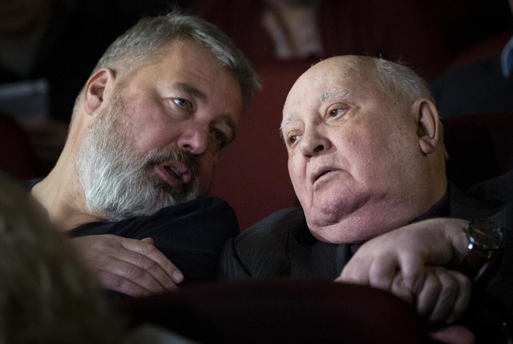 Fredsprisvinner Dmitrij Muratov (til venstre) og Sovjetunionens tidligere leder og fredsprisvinner fra 1990, Mikhail Gorbatsjov, på en filmpremiere i Moskva i 2018.