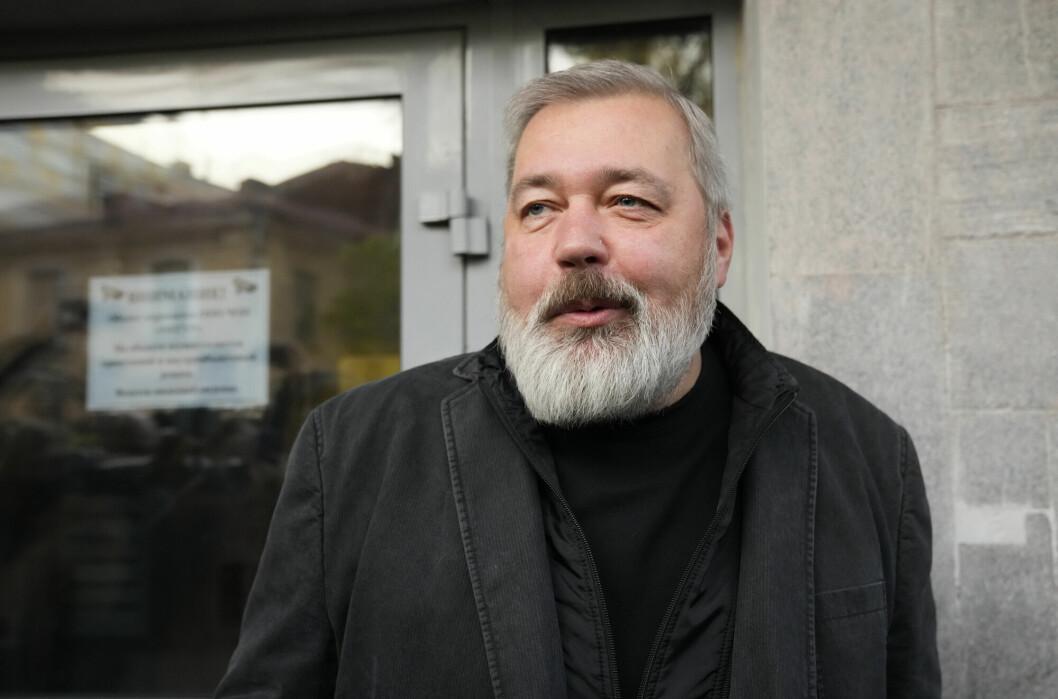 Redaktør Dmitrij Muratov møtte pressen utenfor redaksjonslokalene til Novaja Gazeta i Moskva.