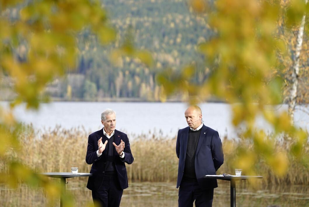 Påtroppende statsminister Jonas Gahr Støre og Sp-leder Trygve Slagsvold Vedum legger fram regjeringsplattformen ved Hurdalsjøen hotell.