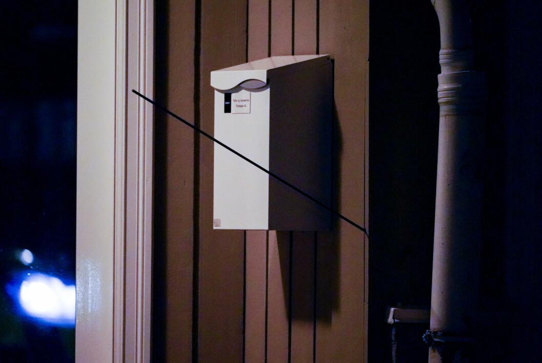Flere mediehus måtte ta grep i kommentarfeltene etter drapene på Kongsberg onsdag. Her en pil som står fast i en vegg.